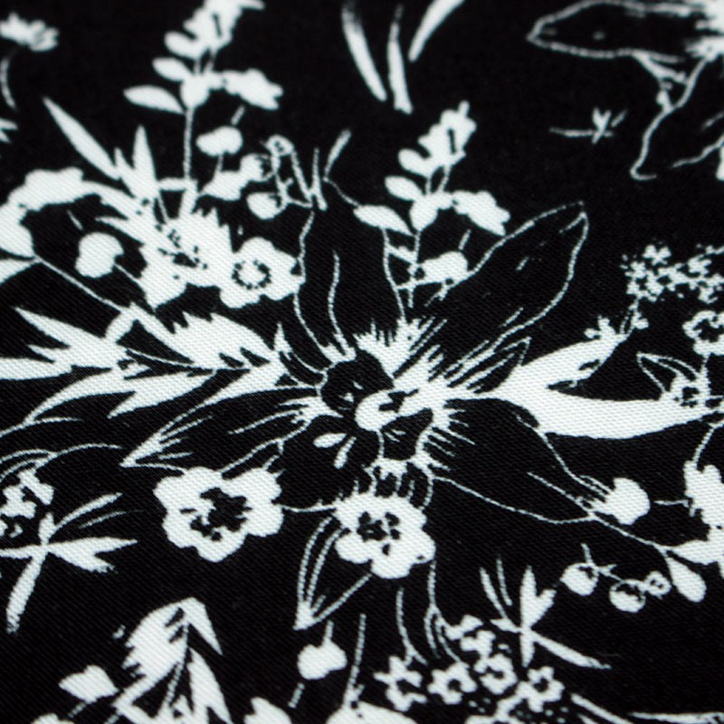 Fabric online - Viscose with white flowers on a black background - 1